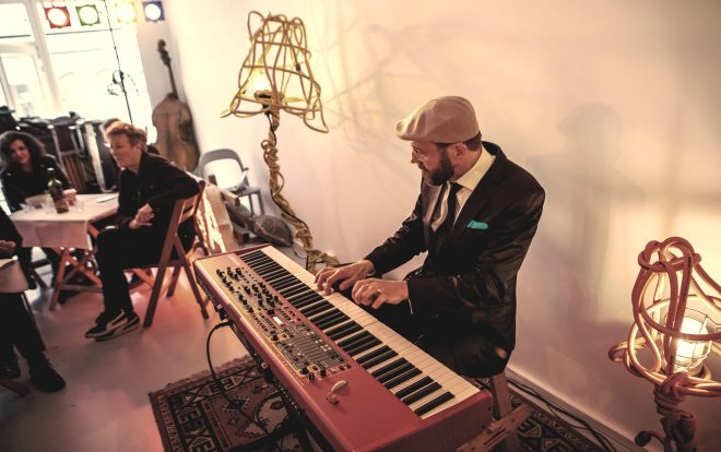 Jazztrio speelt achtergrondmuziek op huiskamerfeest